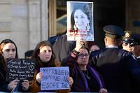 Manifestants brandissant des portraits de la journaliste maltaise assassinée,devant le Parlement de La Valette pendant un conseil des ministres.