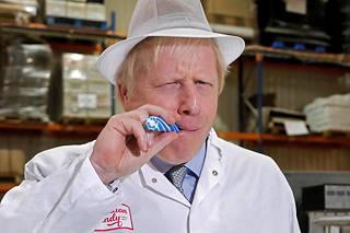 Boris Johnson en campagne dans une usine dans le nord-ouest de l'Angleterre, le 15 novembre.