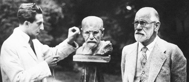 Photo datant de 1931. Sigmund Freud pose pour un sculpteur à Vienne.