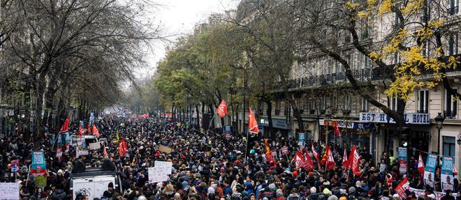 La mobilisation sur les retraites s'installe dans la durée pour tenter de faire plier le gouvernement, avec des transports publics très fortement perturbés et de nouvelles manifestations mardi.