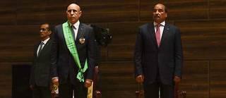Passation de pouvoir entre Mohamed Ould Abdelaziz (à droite) et Mohamed Ould Ghazouani, à Nouakchott, le 1 er août 2019.