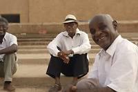 <p>Ibrahim, Suleiman, Manar et Altayeb, cinéastes facétieux et idéalistes, sillonnent dans un van les routes du Soudan pour projeter des films en évitant la censure du pouvoir.</p>