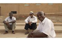 Ibrahim, Suleiman, Manar et Altayeb, cinéastes facétieux et idéalistes, sillonnent dans un van les routes du Soudan pour projeter des films en évitant la censure du pouvoir.