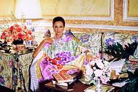 La comtesse de Ribes, née Jacqueline de Beaumont, dans l'hôtel familial de la rue de la Bienfaisance, photographiée par Horst en 1984.