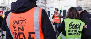 Cheminots en grève à la gare de l'est. Si letaux de grévistes était en forte baisse lundi, les conducteurs restent toutefois très mobilisés puisque 77,3 % d'entre eux ont décidé de faire grève ce lundi.