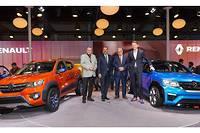 Gérard Detourbet (à gauche) lors du lancement de sa dernière création la Renault Kwid au salon de l'automobile de New Delhi en 2014.