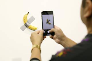 L'œuvre « Comedian » de Maurizio Cattelan, présentée à Miami dans le cadre d'Art Basel.