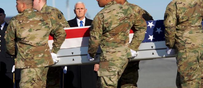 Le vice-président américain Mike Pence salue le cercueil d'un soldat tombé en Afghanistan.