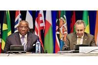 Le nouveau secrétaire général du groupe des pays ACP, l'Angolais Georges Rebelo Pinto Chikoti, et le secrétaire général sortant, Patrick Gomes de Guyana.