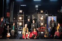 Arthur Higelin en rockeur déprimé et la troupe de comédiens réunis par Wajdi Mouawad.
