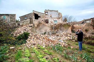 Cequ'il reste d'une maison du quartier dela Rougière après letremblement de terre d'une magnitude de 5,4qui a secoué LeTeil (Ardèche) le11novembre.  ©Ian HANNING/REA