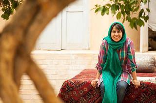 Âgée de 35 ans, la réalisatrice iranienne Roqiye Tavakoli a grandi à Yazd, une ville traditionnelle aucentre de l'Iran.