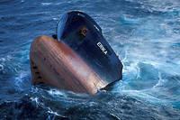 La coque de l' Erika , sombrant au large du Finistère en décembre 1999.