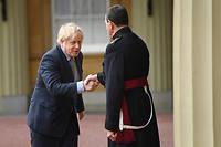 L'écuyer de la reine accueille Boris Johnson à son arrivée à Buckingham Palace.