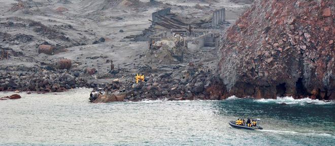 Les recherches se concentraient sur une zone où un corps avait été vu flottant à la surface de la mer au lendemain de l'éruption meurtrière.