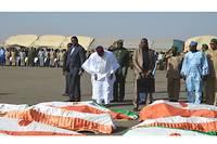 Le président Issoufou a décoré chacun des soldats tombés à Inates lors de la levée des corps à la base aérienne 101 de Niamey.
