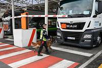 Un employé d'Eurotunnel vérifiant le chargement d'un camion en provenance d'Angleterre. Le Brexit va provoquer un ralentissement aux frontières à cause des contrôles, provoquant une congestion de camions.