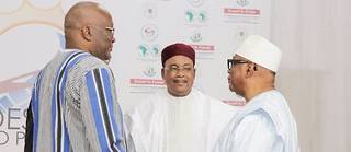 Les présidents du G5 Sahel se retrouvent ce dimanche à Niamey aurour du chef de l'État nigérien Mahamadou Issoufou, ici au centre, en compagnie du Malien Ibrahim Boubacar Keïta à droite et du burkinabè Roch Marc Christian Kaboré.