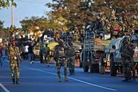 Des soldats sénégalais membres des forces de la Cedeao entrent le 22 janvier 2017 dans la ville pour assurer le retour d'Adama Barrow en Gambie afin qu'il soit officiellement reconnu comme le nouveau président élu.