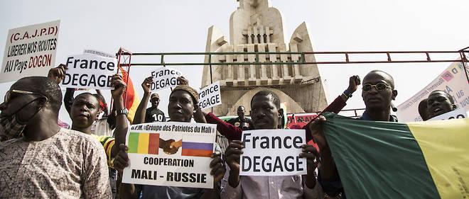 Plusieurs centaines de Maliens ont manifeste a Bamako pour exiger le depart des troupes etrangeres, en particulier de la force francaise Barkhane.