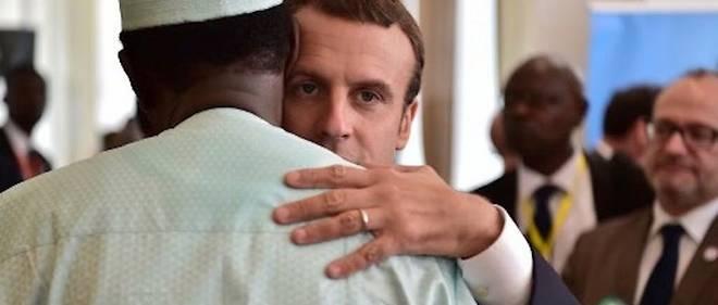 Emmanuel Macron et le president tchadien Idriss Deby en 2017 lors d'un sommet du G5 Sahel a Bamako, destine a renforcer la cooperation de la lutte contre le terrorisme dans la region.