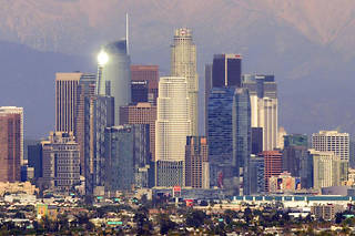 <p>La skyline du quartier Downton à Los Angeles en 2019.</p> <p></p> <p>This photo taken on February 7, 2019 shows a view of the downtown Los Angeles skyline with the snow-covered San Gabriel Mountains in the background. (Photo by Chris Delmas / AFP)</p>