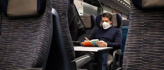 Un passager portant un masque dans un train en Italie.