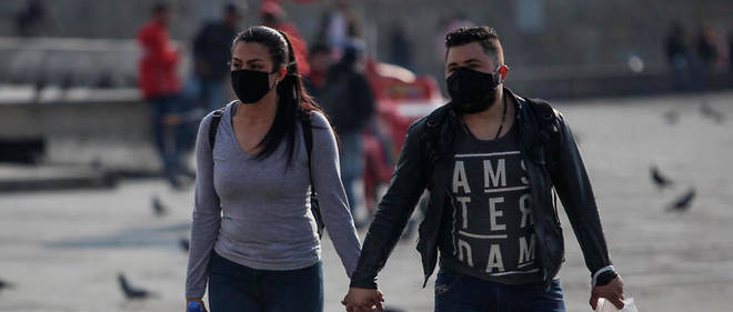 Un couple de Colombiens portant un masque a Bogota le 19 mars 2020.