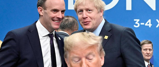 Dominic Raab et Boris Johnson parlent derriere Donald Trump.
