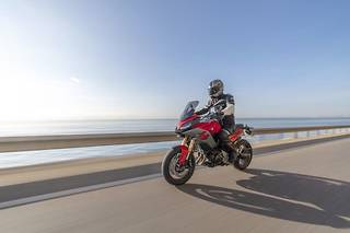 La BMW F900XR, un trail routier à l'aspect sportif, accessible dès 10 995 euros (sans options)