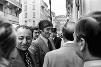 Albert Spaggiari, entouré de policiers et de son avocat M e  Peyrat, arrive le 30 octobre 1976 à la Société générale de Nice, lieu du hold-up dont il est le cerveau, pour un transport de justice demandé par le juge d'instruction Richard Bouazis. Albert Spaggiari s'évadera du cabinet du juge d'instruction le 10 mars 1977.