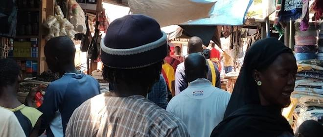 Au grand mache de Bamako, la distanciation sociale n'est pas toujours respectee.