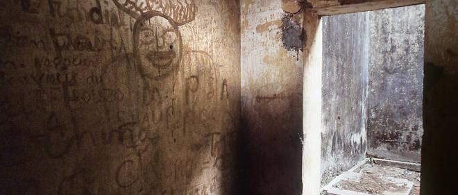 Le camp Boiro, en banlieue de Conakry, a ete rebaptise camp Camayenne. De nombreux vestiges des exactions qui y ont ete commises, tels que des temoignages ecrits sur les murs par des prisonniers, ont disparu au cours de sa renovation sous la transition militaire dirigee de janvier a decembre 2010 par le general Sekouba Konate.