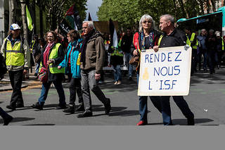 Des manifestants réclament le rétablissement de l'ISF à Paris le 27 avril 2019.