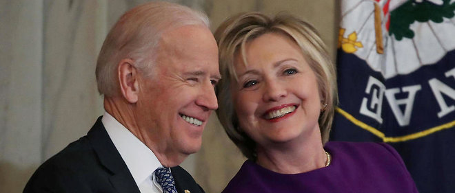 En decembre 2016, Hillary Clinton et Joe Biden echangent un sourire (photo d'illustration).