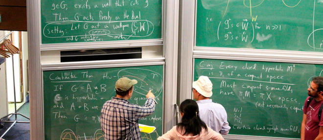 Explication d'une equation mathematique a l'Institut des hautes etudes scientifiques, un des membres de la Graduate School of Mathematics, sur le plateau de Saclay.