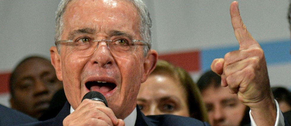 Colombie: le puissant ex-president Uribe assigne a residence
