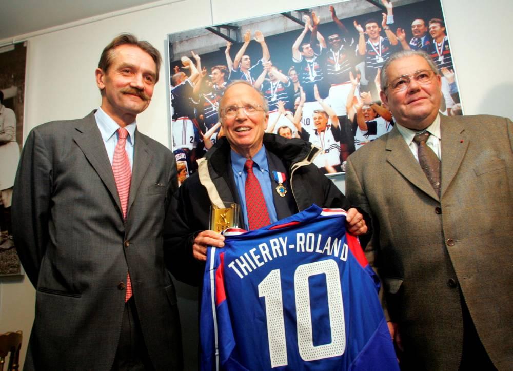 Thierry Roland, Frédéric Thiriez, Claude Simonet, football, 2004, maillot, équipe de France,  ©  FRANCK FIFE / AFP