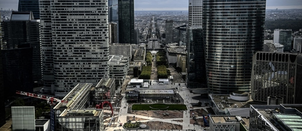 A Paris, dans les tours endormies de la Defense, plus grand quartier d'affaires d'Europe