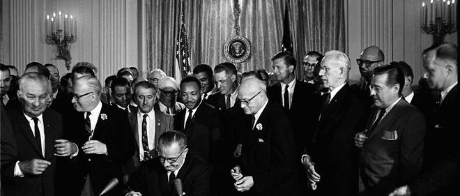 Lyndon Johnson signant le Civil Rights Act de 1964
