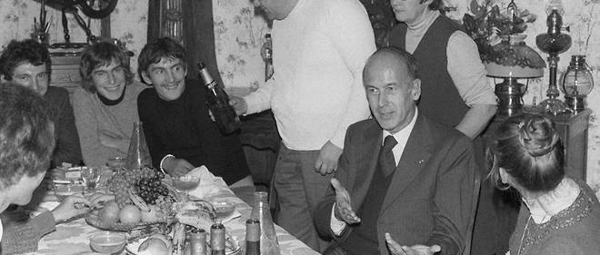 Valery Giscard d'Estaing, le 24 octobre 1975, a la table de la famille Nehou, a Grossoeuvre (Eure).