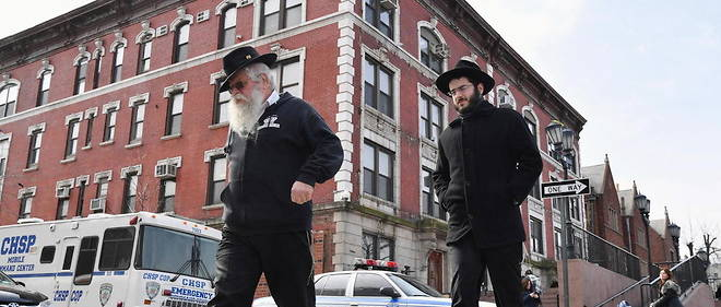 Des juifs orthodoxes dans les rues du quartier de Crown Heights, a Brooklyn (New York), en 2019.