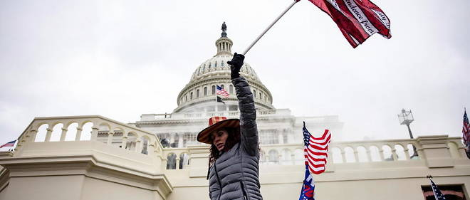 Washington, 6 janvier 2021. Des supporters pro-Trump agitent le drapeau americain devant le Capitole, avant que ce dernier soit envahi par des emeutiers populistes.