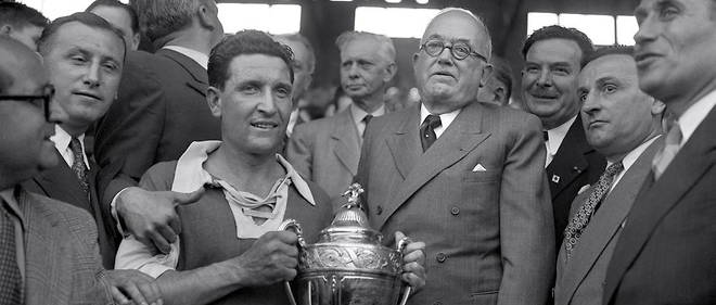 Le president Vincent Auriol remet la Coupe de France au capitaine de l'equipe de Reims Albert Batteux suite au match Reims/Racing a Colombes, le 13 mai 1950.