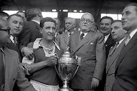 Le président Vincent Auriol remet la Coupe de France au capitaine de l'équipe de Reims Albert Batteux suite au match Reims/Racing à Colombes, le 13 mai 1950.