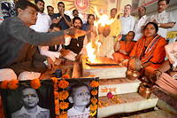 Members of Hindu Mahasabha offer ''havan'' to commemorate the death anniversary of right wing activist Nathuram Godse who assassinated Mahatma Gandhi, at Arya temple at jail road, Indore of Madhya Pradesh on November 15, 2017. The Times of India/ Pravin Barnale