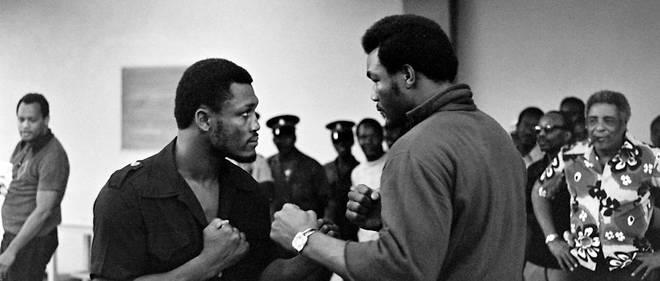 Les poids lourds Joe Frazier (a gauche) et George Foreman le 20 janvier 1973, deux jours avant leur combat pour la couronne mondiale, a Kingston (Jamaique).