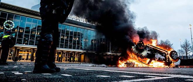 Une voiture incendiee lors d'une manifestation contre le couvre-feu a Eindhoven, samedi 24 janvier. (illustration)