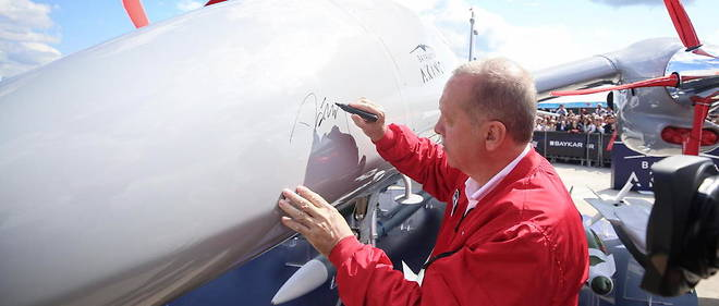 Le president turc Recep Tayyip Erdogan pose sa signature sur un drone turc, en septembre 2019 a Istanbul.