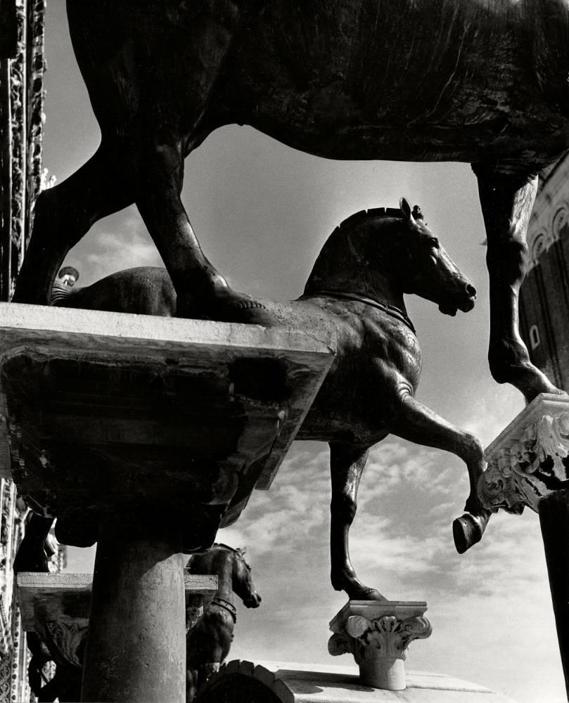 Photo, expo, Italie ©  The Horses of San Marco, Venice, Italy 1939 Tirage gélatino-argentique vintage | Vintage gelatin silver print. Print ID: B 24,5 x 18,6 cm / 9 2/3 x 7 1/3 in © Herbert List Estate, Hamburg, Germany and Magnum Photo Courtesy Galerie Karsten Greve St. Moritz Paris Köln
